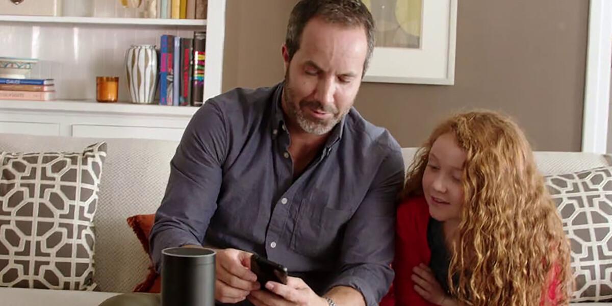 Amazon Echo Vater mit Tochter auf der Couch