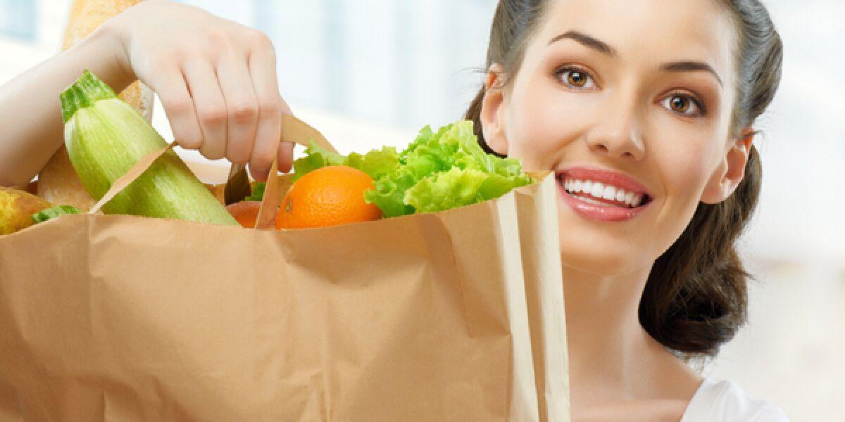 Frau mit einer Tüte frischer Lebensmittel