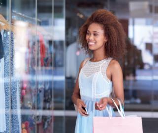 Frau im Geschäft beim Shoppen