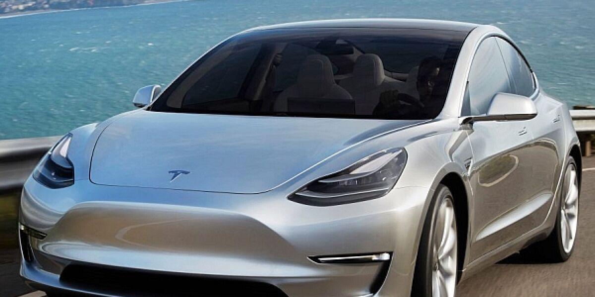 Tesla Model 3 in silber