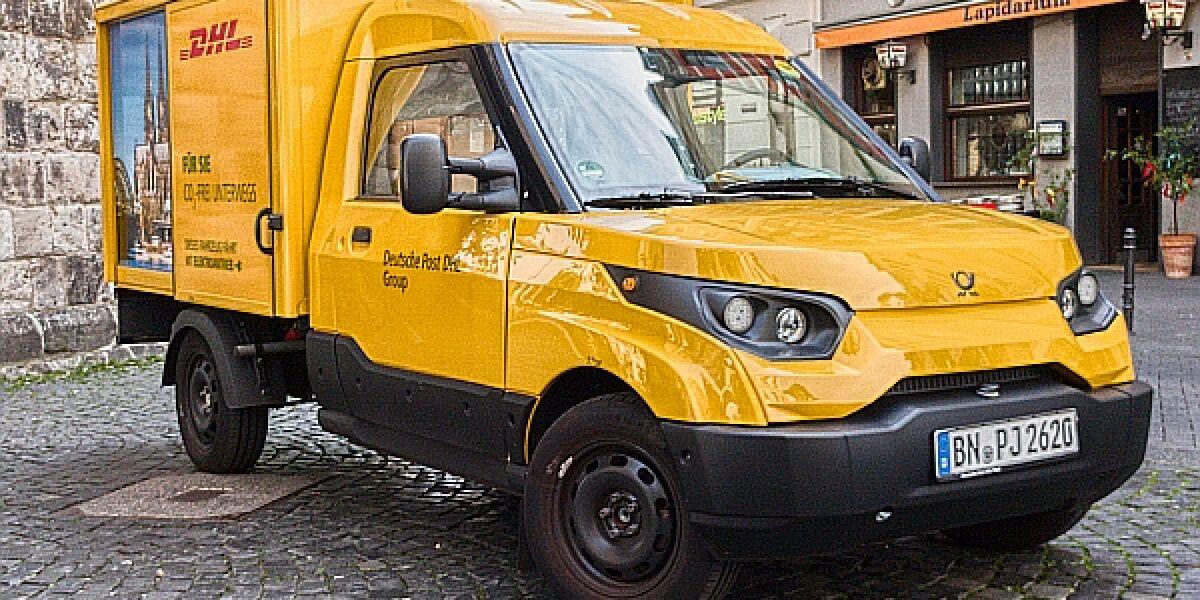 StreetScooter Work der DHL in einer Altstadt