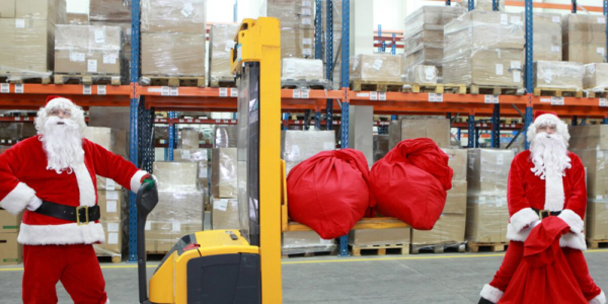 Weihnachtsmänner im Logistikzentrum
