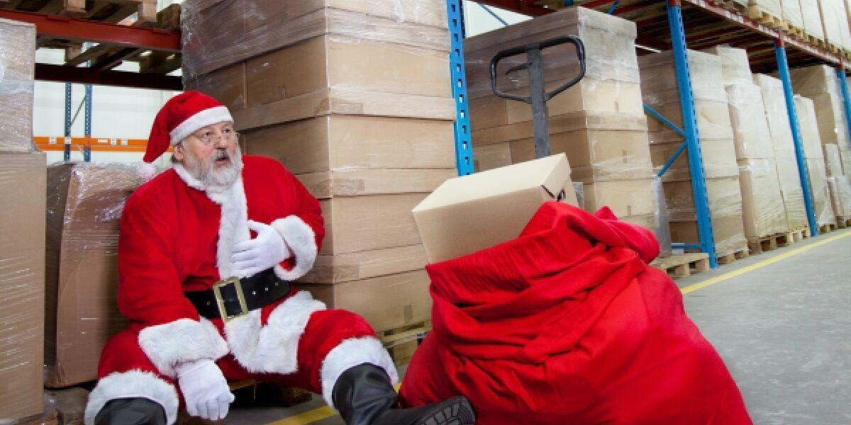 Erschoepfter Weihnachtsmann im warenlager