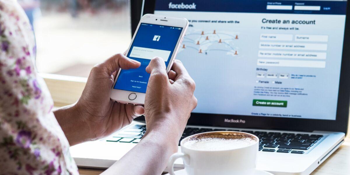 Facebook auf dem Laoptop und dem Smartphone