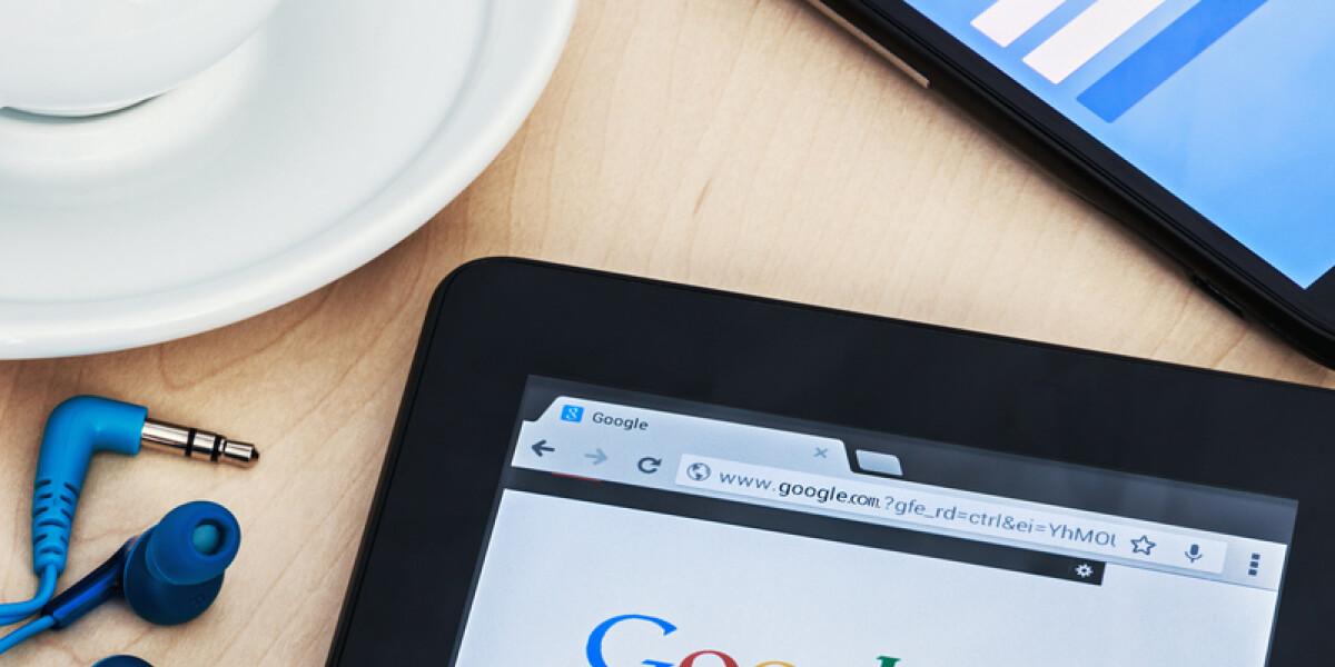 App von Google und Facebook mit Kaffeetasse