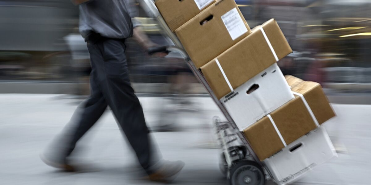 Mann stellt Pakete zu