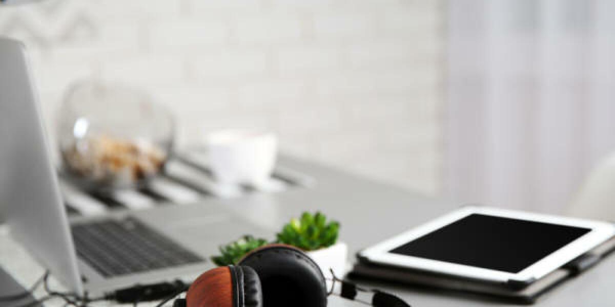 Kopfhörer-Laptop-iPad-Schreibtisch