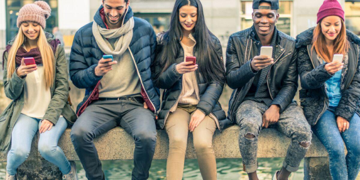 Junge Leute mit dem Smartphone in der Hand
