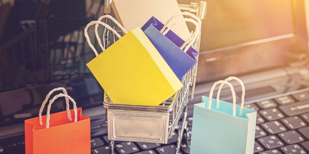 Einkaufstaschen im Einkaufwagen