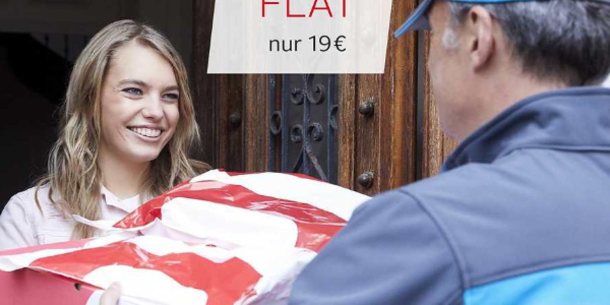 Frau nimmt Paket an