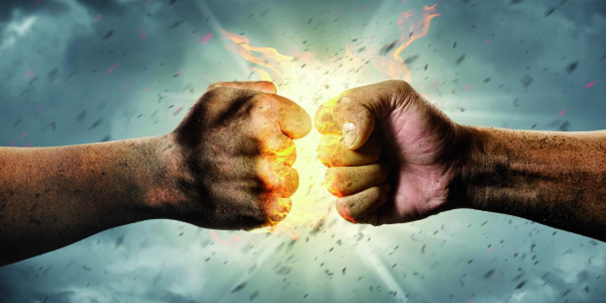 Fäuste schlagen auf einander