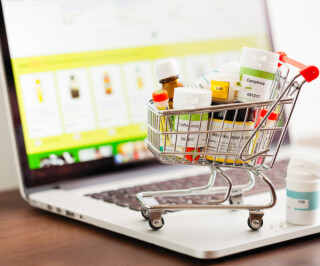Medikamente im Einkaufswagen auf dem Laptop