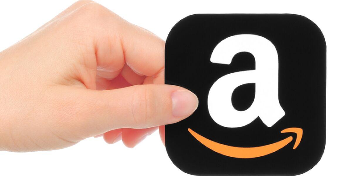 Amazon Logo in der Hand