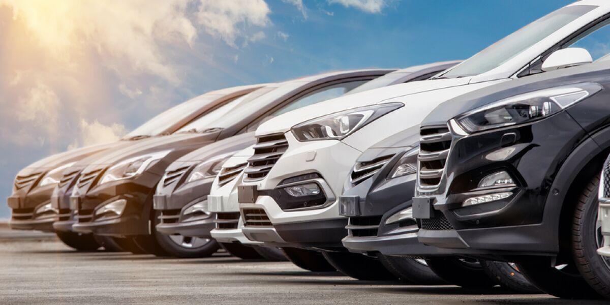 Viele Autos in einer Reihe