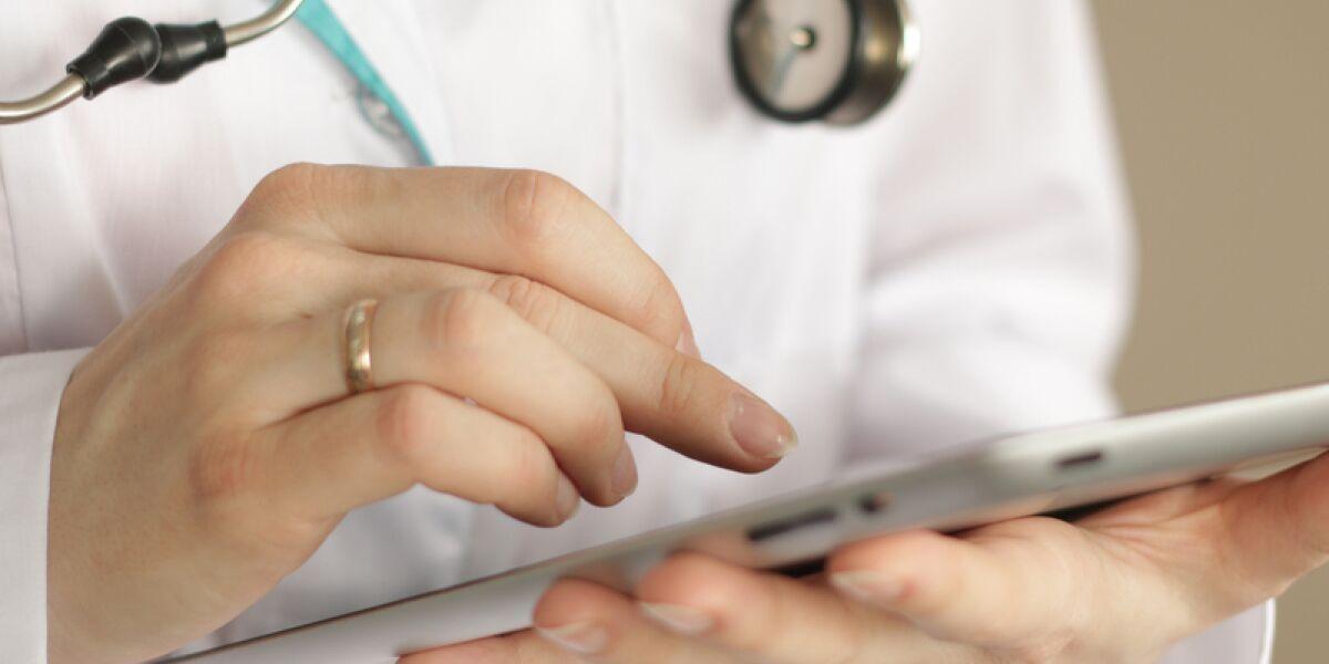 Arzt mit einem Tablet in der Hand