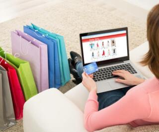 Frau kauft im Web ein
