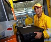 DHL-Paketzusteller mit Multibox