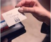 Zettel in der Hand