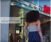 Frau geht in einen H&M-Laden