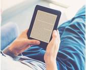 Mann liest im eBook