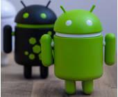 Android-Figuren auf Tisch