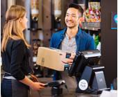 Mann übergibt einer Frau ein Paket
