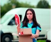 Frau mit einem Paket in der Hand
