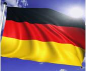 Deutsche Fahne vor wolkigem Himmel