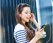 Frau hört Musik mit dem Smartphone