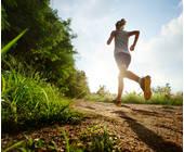 Frau joggst im Freien
