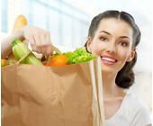 Frau mit Lebensmitteln in einer Tüte