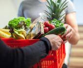 Korb mit Lebensmitteln wird übergeben