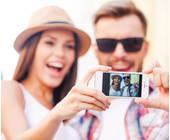 Frau und Mann machen mit Smartphone Selfie