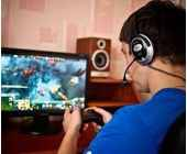 Mann spielt am PC