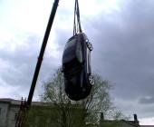 Porsche hängt am Kran