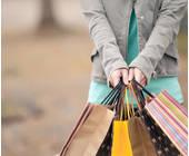 Frau mit drei Einkaufstaschen