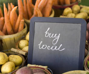 "Gemüse mit ""Buy-local""-Schild"