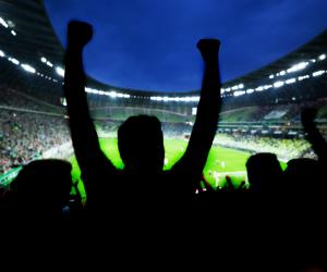 Jubelnde Menschen im Fußballstadion