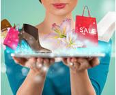 Frau trägt virtuell Schuhe, Taschen auf den Händen