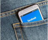 Smartphone mit Facebook Interface in Hosentasche