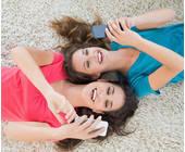 Zwei junge Frauen mit Smartphones