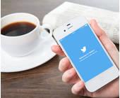 Twiter auf dem Smartphone und Kaffee