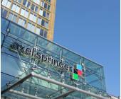 Axel Springer Logo an einem Gebäude