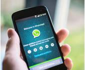 Smartphone mit WhatsApp-App auf dem Display