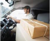 Autofahrer mit Paket auf dem Beifahrersitz