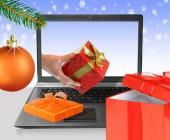 Laptop mit Weihnachtsbaumkugel
