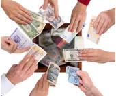 Hände lassen Geld in eine Kiste fallen