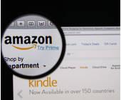 Website von Amazon durch eine Lupe