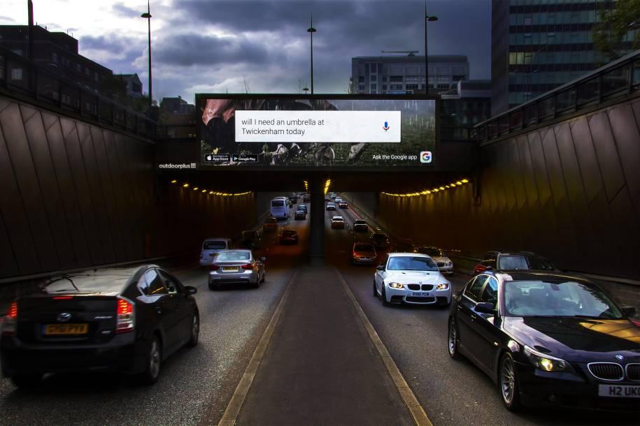 Werbung für die Google App, automatisiert ausgespielt an der Euston Road in London