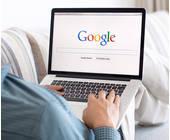 Laptop mit Google auf Sofa